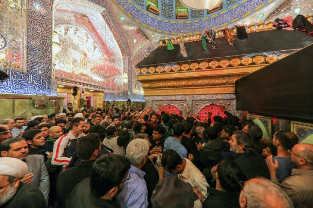 Crowds of the believers head to the shrine of the Commander of the Faithful (peace be upon him) to extend their condolences to him form the martyrdom anniversary of the Holy Prophet (Allah's prayers be upon him and upon his holy Household).