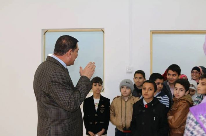 Eng. Aref al-Bahash receiving the students
